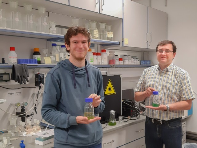 Prof. Bernhard Roth (right), Managing Director of the Hannover Centre for Optical Technologies (HOT) and member of the Cluster of Excellence PhoenixD at Leibniz University Hannover with his research assistant Christoph Wetzel (left) in the laboratory with blue-green algae samples.